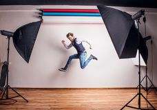 一个年轻行家人的画象在演播室,跳跃 复制空间 库存照片