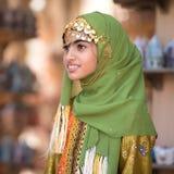 一个年轻阿曼女孩的画象传统成套装备的 免版税库存照片