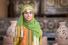 一个年轻阿曼女孩的画象传统成套装备的 库存图片