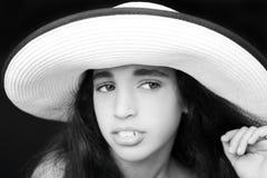 一个年轻非裔美国人的女孩的画象有太阳帽子的 免版税库存照片