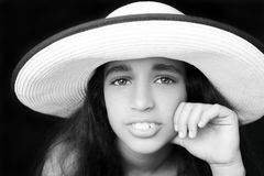 一个年轻非裔美国人的女孩的画象有太阳帽子的 库存照片