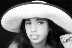 一个年轻非裔美国人的女孩的画象有太阳帽子的 库存图片