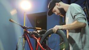 一个年轻mahanic定象自行车车轮她的修理车间 股票视频