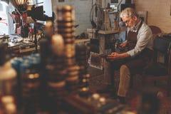 一个年长人在工作 免版税图库摄影