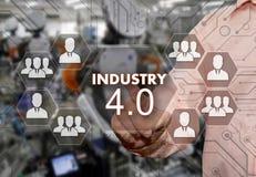 一个年长商人选择产业4 0与在触摸屏上的安全盾有迷离产业背景 免版税库存图片