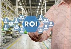 一个年长商人选择ROI的回收投资有Th 库存照片