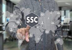 一个年长领抚恤金者选择SSC,在worl附近的服务中心 库存图片