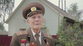 一个年长,灰发的在军服的退伍军人第二次世界大战和第二次世界大战的画象 股票录像