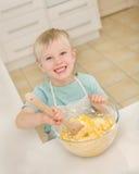 一个幼儿在一个国内厨房里烹调。 图库摄影