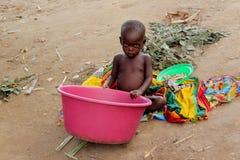 一个幼儿在农村莫桑比克 库存图片