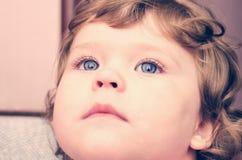 一个幼儿的画象有蓝眼睛特写镜头的 库存图片