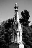 一个幽静严重标志在收集尘土和古色的公墓站立,黑白 免版税库存图片