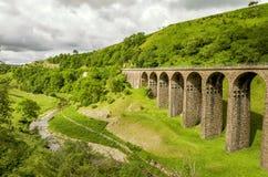 一个废弃的铁路高架桥的倾斜看法在Smardale 库存照片