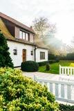 一个庭院和秀丽房子的入口有一个露台的在一个明亮,晴天 梦之家 免版税图库摄影