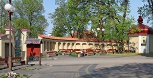 一个庭院和长凳教区居民的在Th庭院里  图库摄影