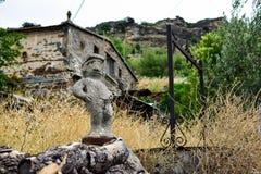 一个庭院的图在一个人的一个乡村姿势的小便在街道装饰入口在村庄房子里 免版税库存照片