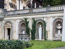一个庭院的片段有Peles城堡的雕象的在锡纳亚,在罗马尼亚 图库摄影