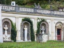 一个庭院的片段有Peles城堡的雕象的在锡纳亚,在罗马尼亚 库存图片