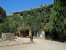 一个庭院的看法在村庄Civitella在意大利 免版税库存图片