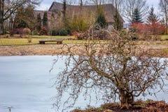 一个庭院风景在乡下,后面的一个老谷仓 免版税库存照片