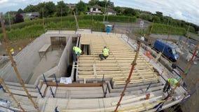 一个建造场所的修造的新的家在爱尔兰包括盖屋顶的人木匠建造者画家民工,空中照片 免版税库存照片