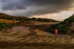 一个建造场所的风景在黑暗的多云天空下 免版税库存照片