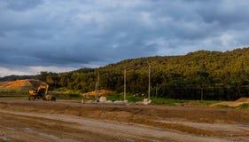 一个建造场所的风景在黑暗的多云天空下 库存图片