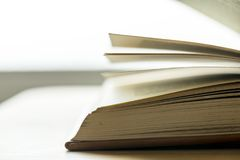 一个开放书教育,学术和文艺概念的特写镜头 库存照片