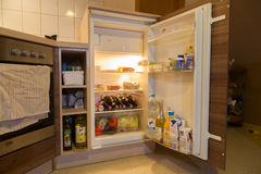 一个开放冰箱 免版税图库摄影