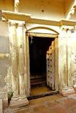 一个开放寺庙门 免版税库存图片