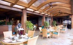 一个开放游廊的餐馆在一家现代豪华旅馆里 免版税图库摄影