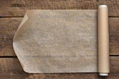 一个开放纸卷在木桌背景的 免版税库存照片