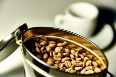 一个开放罐头用咖啡豆 库存图片