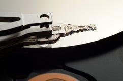 一个开放计算机硬盘的特写镜头 免版税库存图片