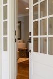 一个开放,木前门的垂直的射击 免版税图库摄影
