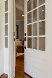 一个开放,木前门的垂直的射击 免版税库存照片