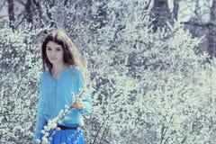 一个开花的gardenromantic女孩的浪漫女孩在一个开花的庭院里 免版税库存图片