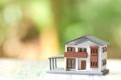一个式样房子模型在纸被安置 作为背景房地产概念拷贝空间 免版税库存照片