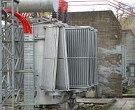 一个强有力的能源厂的电压变压器 库存照片