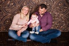 一个强的友好的家庭一起保持并且互相帮助 图库摄影