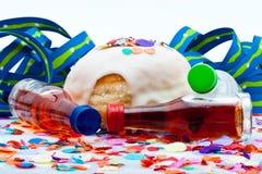 一个当事人的油炸圈饼在与航空飘带和五彩纸屑的空白背景 免版税图库摄影