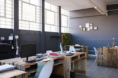 一个当代办公室空间的内部没有职员的 免版税图库摄影