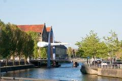 一个当代桥梁结构横跨一条运河看在吕伐登,弗里斯,荷兰 免版税图库摄影