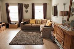 一个当代郊区家的休息室的内部 免版税库存照片