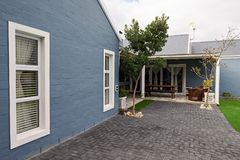 一个当代郊区家的后面的外部 免版税库存图片