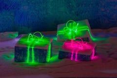 一个当前霓虹礼物盒的发光的等高有发光的在黑背景,文本的空间闪耀 库存照片
