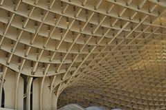 一个当代大厦的一个现代屋顶的细节在塞维利亚西班牙由木和铁制成上作为未来派弧的标志 库存照片