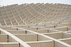 一个当代大厦的一个现代屋顶的细节在塞维利亚西班牙由木和铁制成上作为未来派弧的标志 库存图片