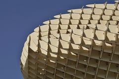一个当代大厦的一个现代屋顶的细节在塞维利亚西班牙由木和铁制成上作为未来派弧的标志 免版税库存图片