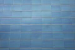 一个当代大厦的蓝色玻璃门面细节  免版税库存照片